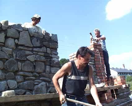 Dawne bojkowskie chaty były kurne. Mieszkańcy Zatwarnicy wznoszą jednak w swojej chyży kominy.