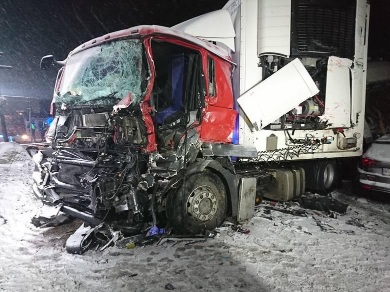 Jak informują strażacy z Ochotniczej Straży Pożarnej w Suchowoli w niedzielę, po godzinie 17, zostali zadysponowani na dwa wozy bojowe do wypadku drogowego