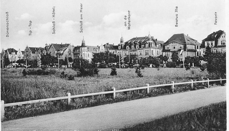 Pocztówka z lat dwudziestych XX wieku, na której widać (trzeci z prawej) dawny budynek pensjonatu wybudowanego pod koniec XIX wieku (dzisiejsza ulica Żeromskiego róg ul. Orkana)