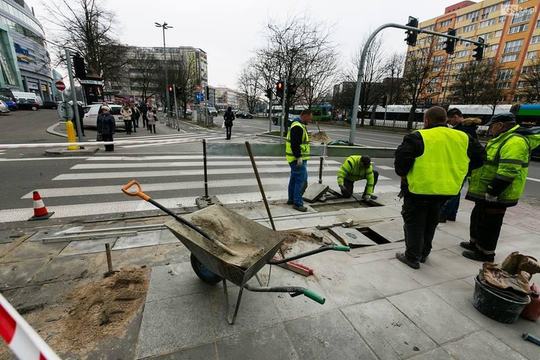 """Trwa budowa pierwszego w Szczecinie przejścia dla pieszych z sygnalizacją dla """"smartfonowych zombie"""". Powstaje tuż obok centrum handlowego"""