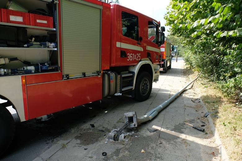 Do zdarzenia doszło w poniedziałek po godz. 12 na ul. Sanockiej w Przemyślu. To fragment drogi krajowej nr 28.Kierująca fiatem seicento straciła panowanie