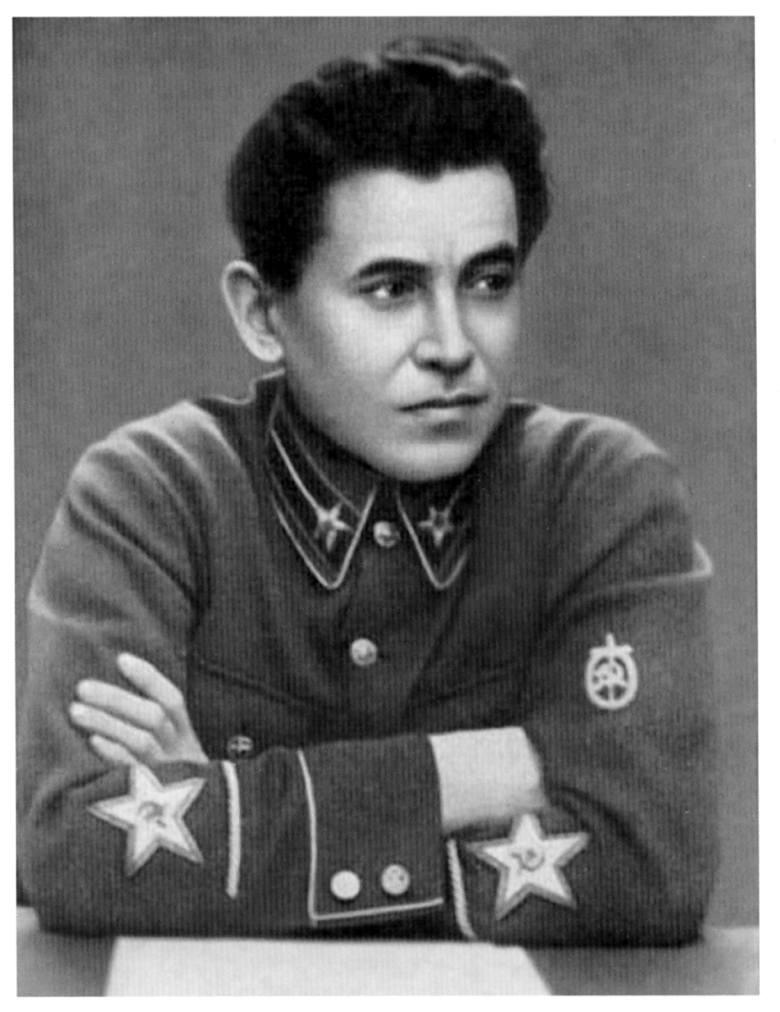 Funkcjonariusze NKWD za mordowanie Polaków dostawali zegarki. Na tej fotografii tak układają ręce, by pochwalić się tymi zegarkami