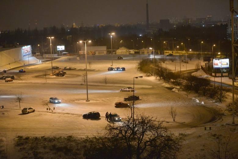 """Parking przed hipermarketem Tesco zameinił się późnym wieczorem w tor do ćwiczenia """"jazdy bokiem"""". Amatorzy driftu wykorzystują warunki"""