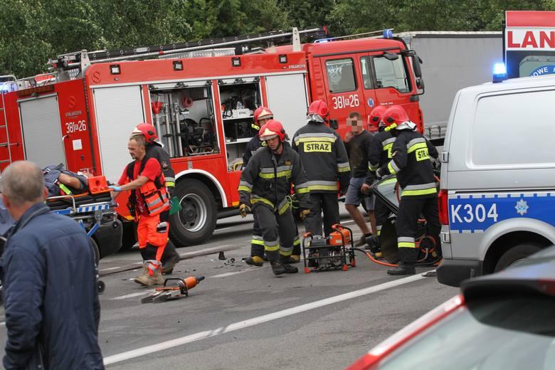 Wypadek w Tarnobrzegu. Dwie osoby ranne w zderzeniu trzech samochodów (ZDJĘCIA)