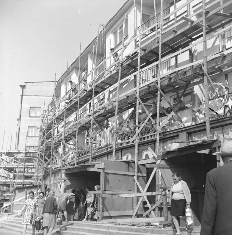 Wykonywanie nowych elewacji budynków przy ul. Kolejowej.Data wydarzenia: 1973-08