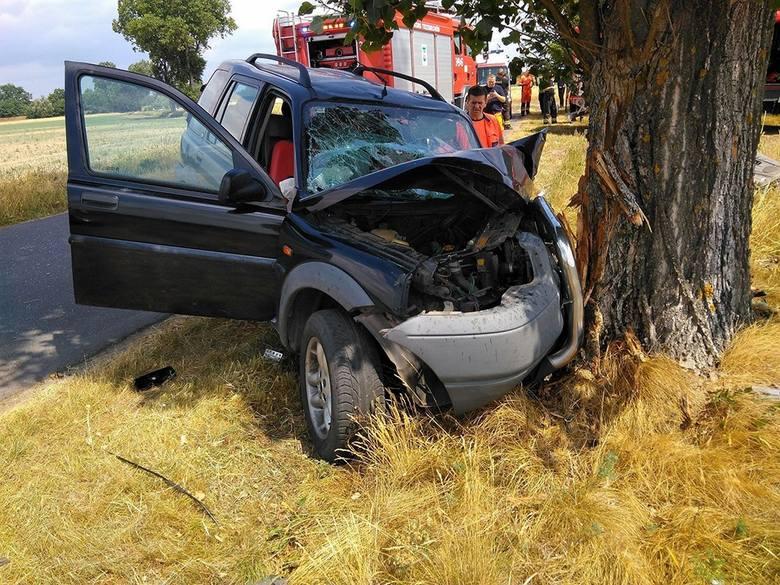 Do wypadku doszło we wtorek (19 czerwca) na drodze z Ostrzyc do Trzebiechowa. Kierowca land rovera wypadł z drogi i roztrzaskał się o drzewo.Kierowca