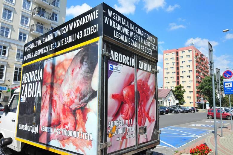 Tego typu plakaty antyaborcyjne pojawiają się w wielu miejscach w Krakowie podczas demonstracji środowisk pro-life