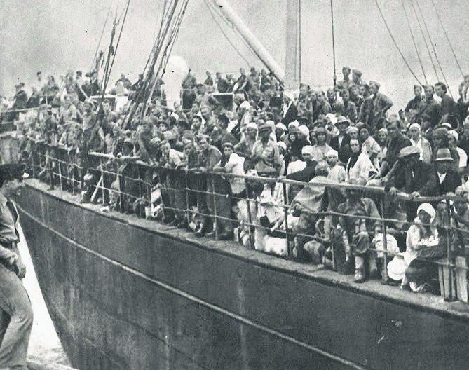 Uciekinierzy z Syberii, w tym pani Michalina z dziećmi w porcie Pehlewi<br />