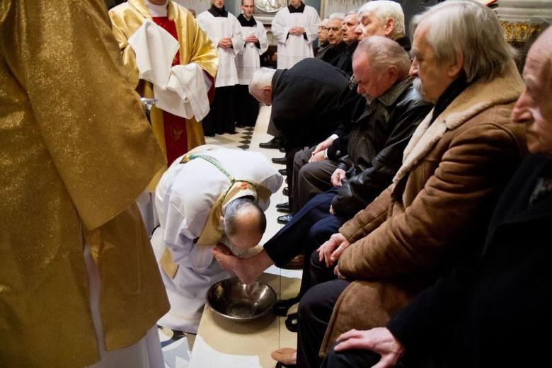 Triduum Paschalne. W Wielki Czwartek księża obmywali nogi (zdjęcia)