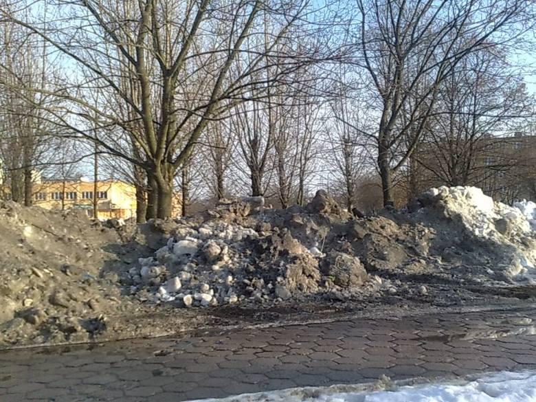 Góry brudnego śniegu straszą mieszkańców w całym Białymstoku
