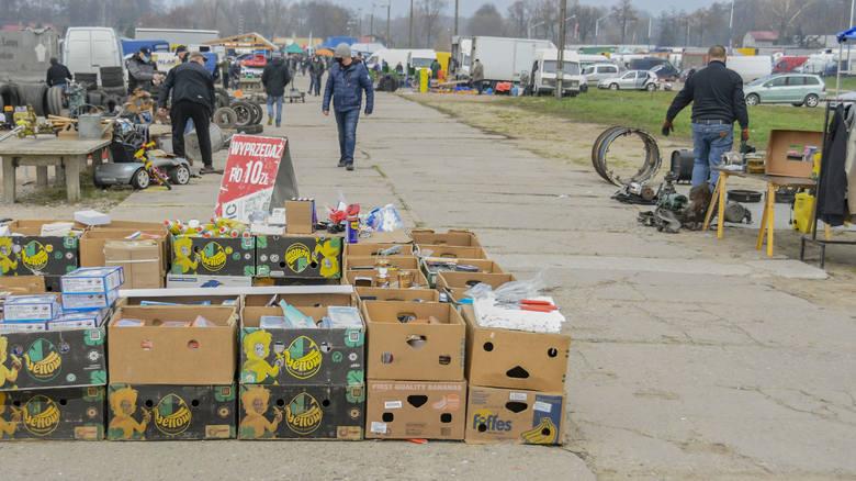 W Słomczynie koło Grójca systematycznie odbywa się także Giełda Rolna. Na stoiskach tam rozłożonych panuje pełna różnorodność. Kupimy jajka, gumowe rękawiczki,