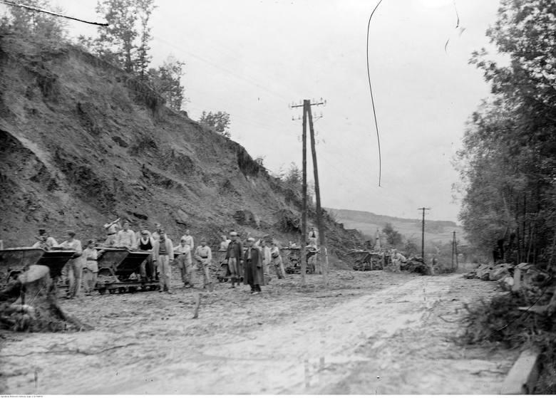 Rozbudowę drogi dokończyli Niemcy. W latach 60. ubiegłego wieku całą nawierzchnię drogi pokryto asfaltem.