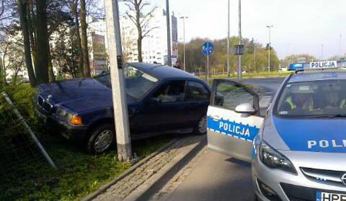 (pij)Do zdarzenia doszło w piątek, 15 marca na rondzie Piłsudskiego w Gorzowie. Jak ustalili policjanci, gdy kierowca bmw wjechał na rondo, koła jego