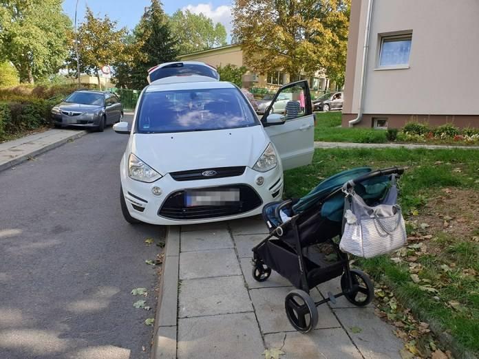 O uciążliwym parkowaniu napisał do nas Czytelnik. Mistrzowie parkowania za nic mają chodnik na ul.  Krasickiego i po prostu blokują go.To stary problem.