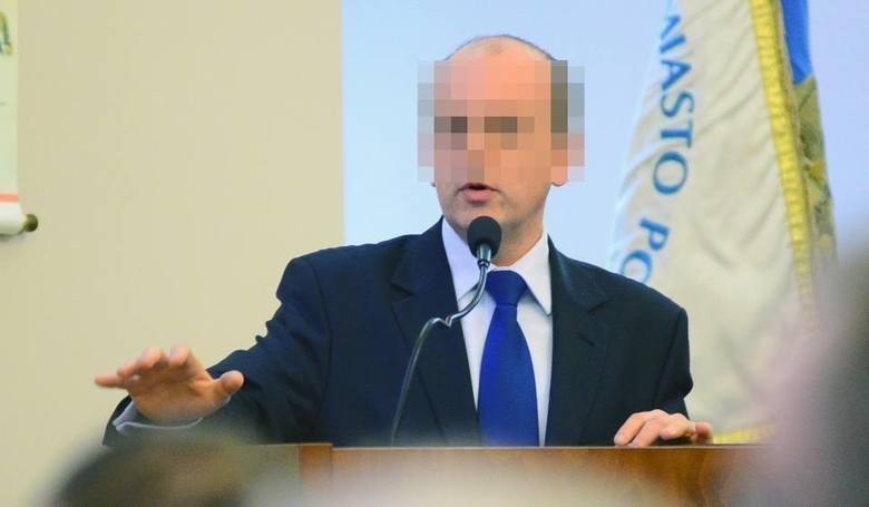 Kanclerzem WSHiU jest Tomasz G. Były poseł PiS i Solidarnej Polski ma proces o wyłudzanie kredytów. Z kolei w drugim śledztwie, które wciąż toczy się w prokuraturze, jest podejrzany m.in. o wyłudzenia z kancelarii Sejmu.