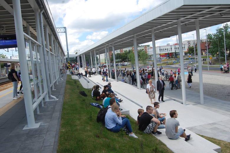 Telebim na frontowej ścianie budynku obsługi podróżnych jest jednym z najnowocześniejszych tego typu rozwiązań w Polsce....  Trzy lata temu w Solcu oddano