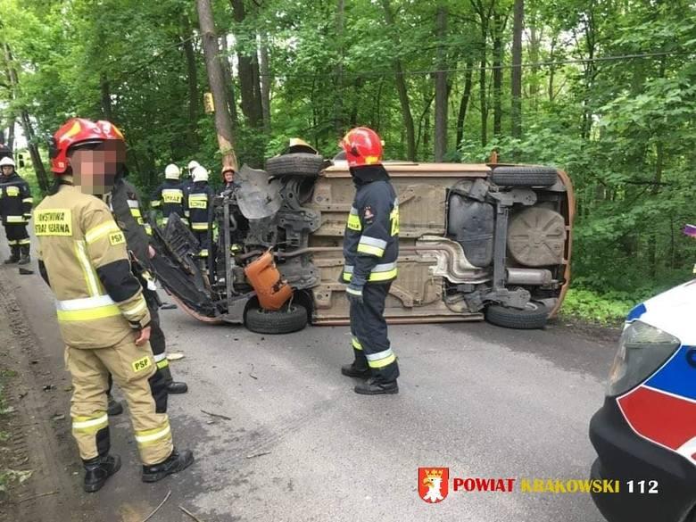 Wypadek w gminie Iwanowice. Dachowanie samochodu osobowego