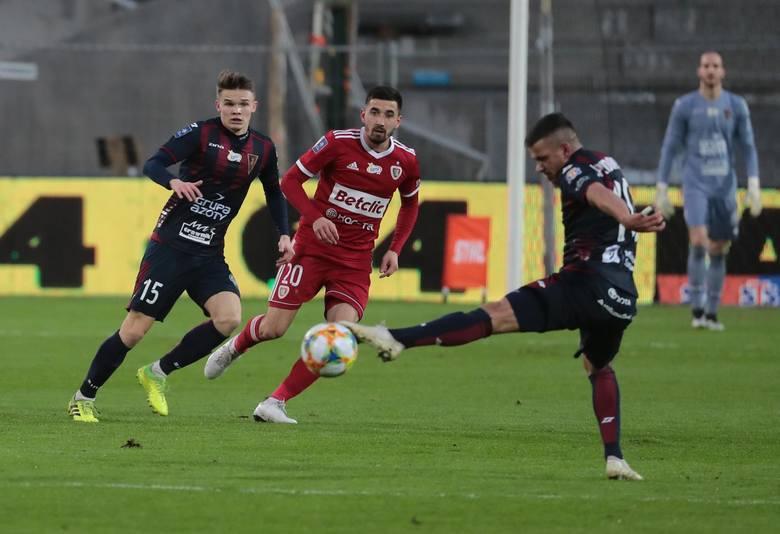 Prawa do pokazywania wszystkich meczów Ekstraklasy na bazie wyłącznych licencji zostały też sprzedane na początku sezonu do siedmiu krajów bałkański