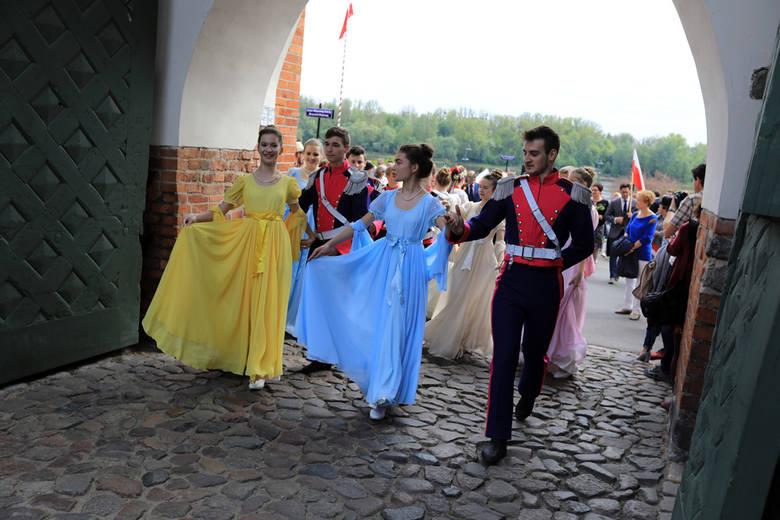 Dziś (2 maja) obchodzimy Dzień Flagi Rzeczypospolitej Polskiej. Z tej okazji, po zakończeniu uroczystości wojskowych na skwerze im. Oficerskiej Szkoły