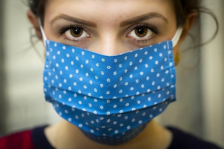 Gorączka, kaszel, brak węchu czy smaku - to objawy zakażenia koronawirusem, o których mówi się od początku trwania pandemii. Jednak z biegiem czasu i