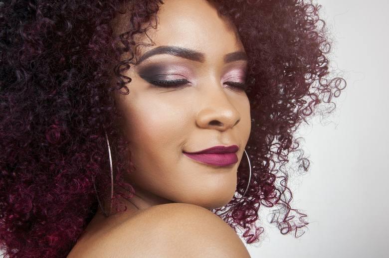 Pomadka do ust: jak dobrać odpowiedni kolor szminki i jak usunąć szminkę z ubrań?