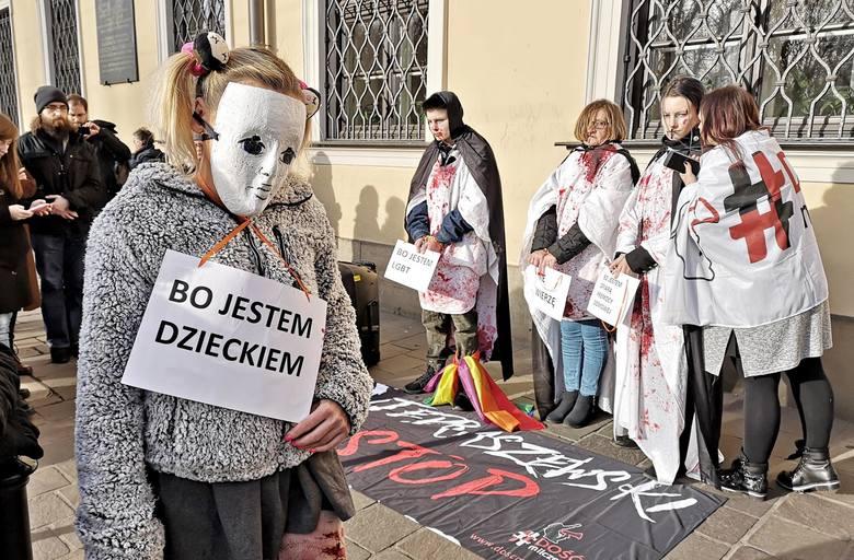 Kraków. Kolejny protest przed krakowską kurią przeciwko ukrywaniu przez kościół pedofilów