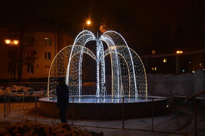 W Skarżysku - Kamiennej ulice i budynki już zostały przystrojone światełkami. Można je zobaczyć na głównych ulicach miasta. Od piątku świeci się miejska