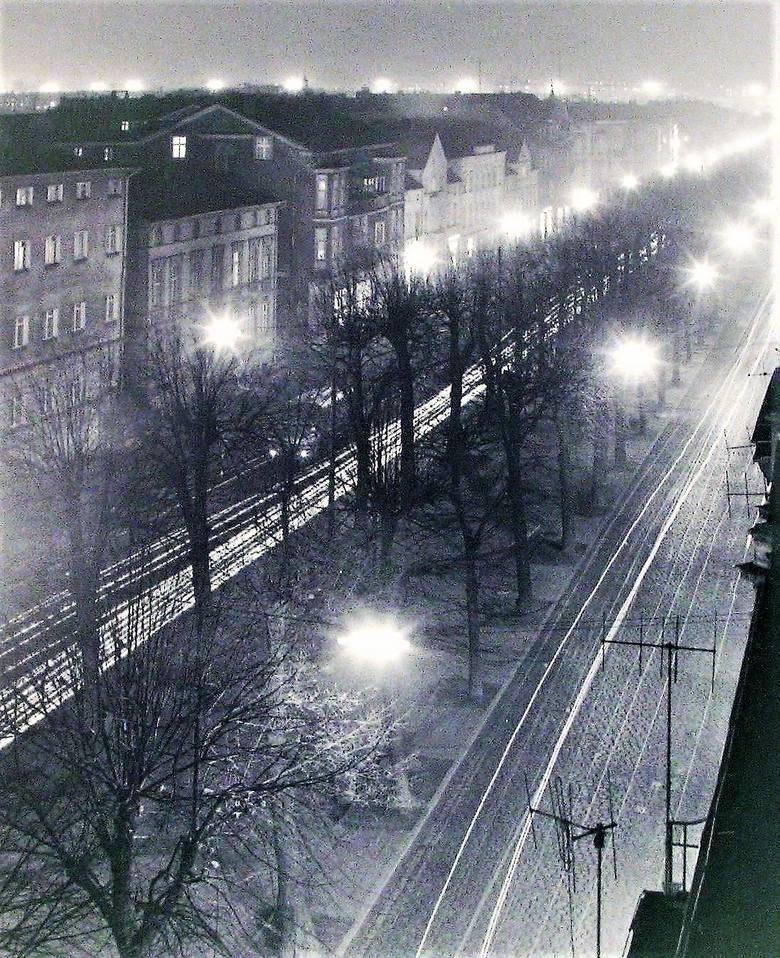 A tak wyglądała nocą 1975 roku panorama jeszcze dwujezdniowej al. Wojska Polskiego w kierunku dworca kolejowego i  Zatorza