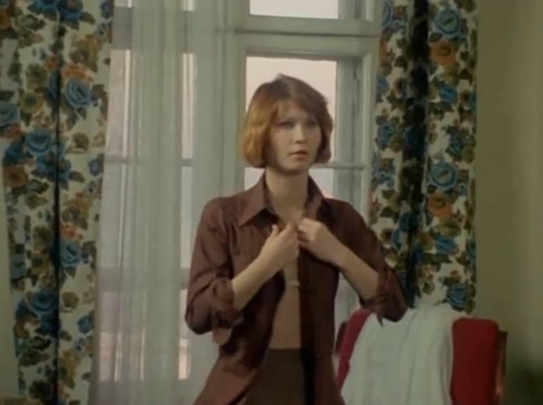 """Odcinek pierwszy """"Major opóźnia akcję"""". Na zdjęciu: Grażyna Wnuk - Korin jako Marta Kalinowska. Grażyna Korin w latach 1990–2009 etatowo związana była z Teatrem Nowym w Poznaniu, z którym współpracowała do 2012 roku.<br />"""