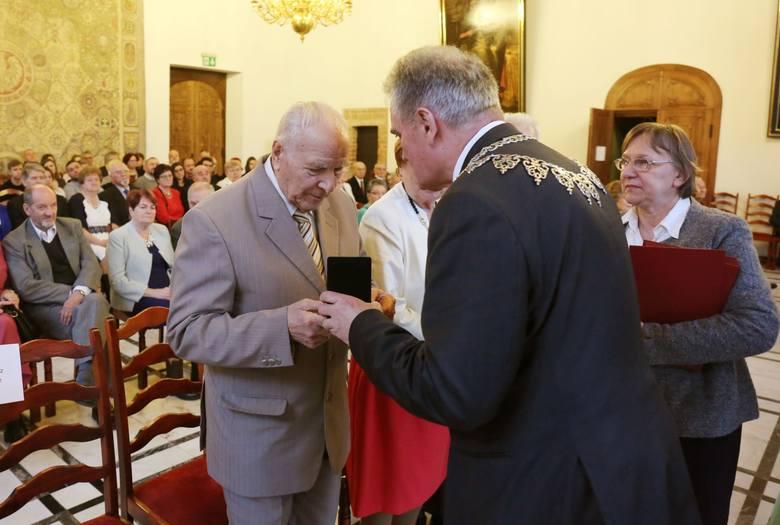 W środę 21 grudnia w Wielkiej Sali Wety Ratusza Głównego Miasta uroczyście uhonorowano pamiątkowymi medalami 30 gdańskich par z 50-, 55-, a nawet 60-letnim