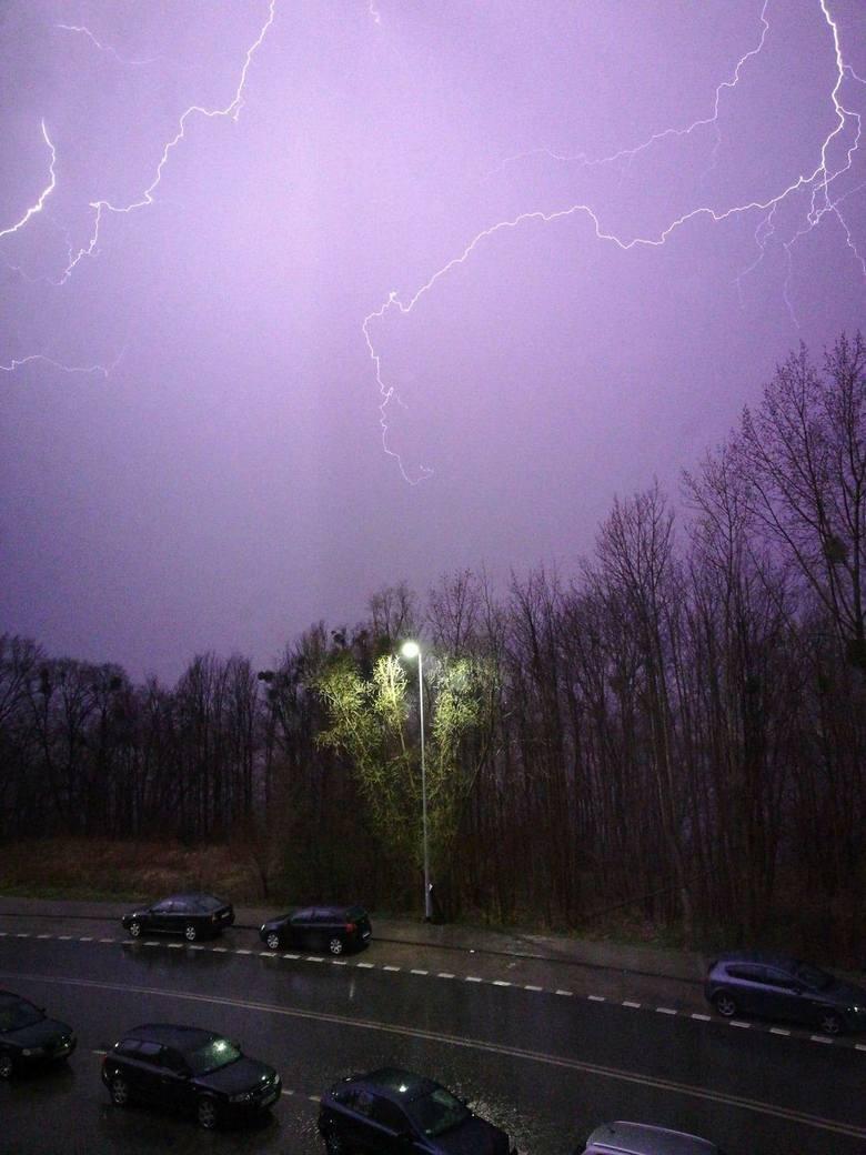 W piątek, 13 kwietnia, nad niemal całym regionem przechodzą burze. Mocnym opadom deszczu towarzyszy silny, porywisty wiatr.Czytaj koniecznie:  Burza