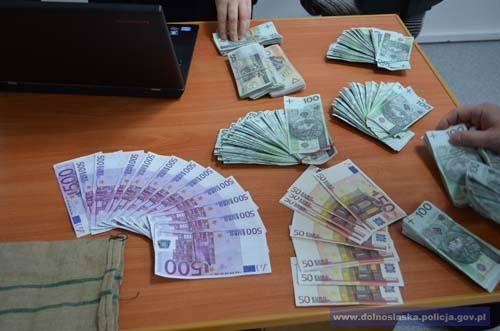 Pracownik banku fałszował banknoty. Wyniósł z kasy około 120 tys. zł (ZDJĘCIA, FILM)