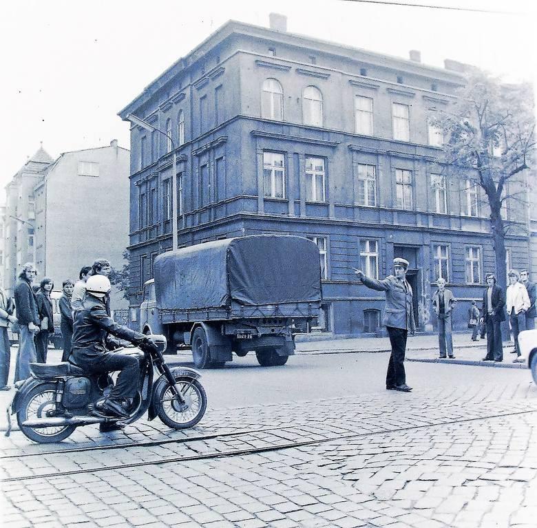 Wrzesień 1974 r. regulacja  ruchu na al. Wojska Polskiego, gdzie po dawnych torowiskach tramwajowych kursowały autobusy komunikacji miejskiej
