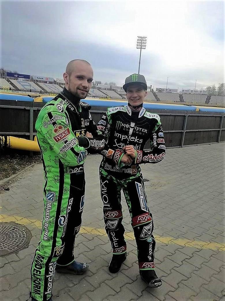 Patryk Dudek (po prawej) z Mateuszem Szczepaniakiem (ROW Rybnik) na stadionie w Rybniku.