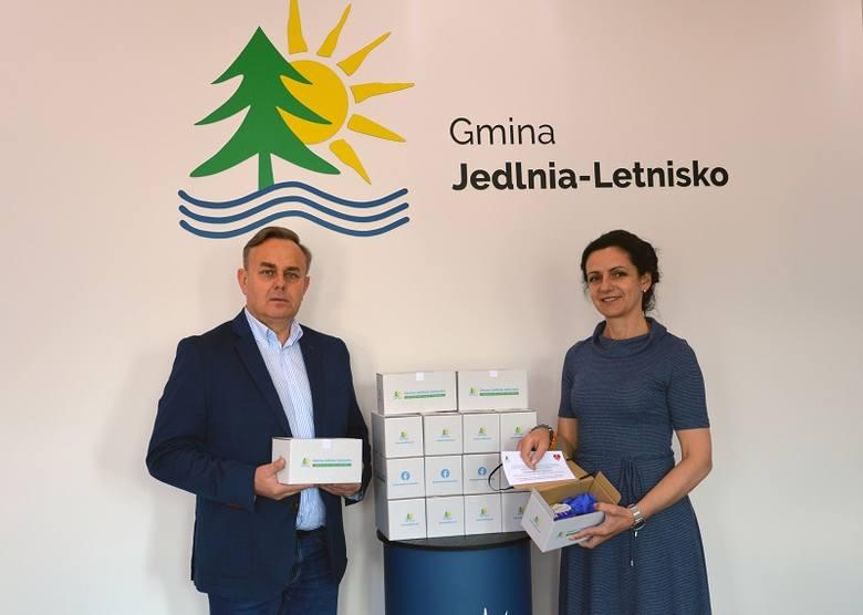 Gmina Jedlnia-Letnisko przekazała 1300 pakietów ochronnych dla seniorów. Na zdjęciu pomysłodawcy akcji: Piotr Leśnowolski, wójt gminy (z lewej) oraz