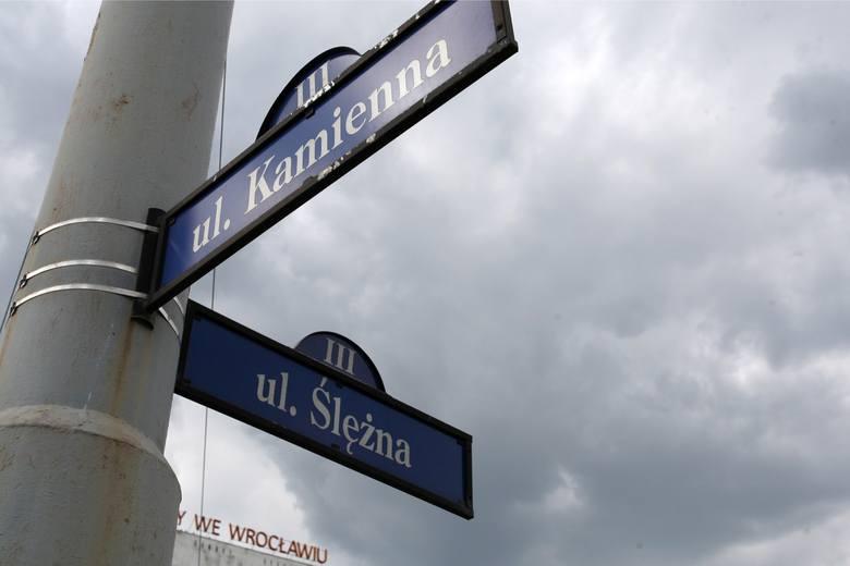 Łapiecie się na tym, że nie nadążacie za zmianami nazw ulic we Wrocławiu? Przybywa ich rzeczywiście w zawrotnym tempie, szczególnie na osiedlach, gdzie