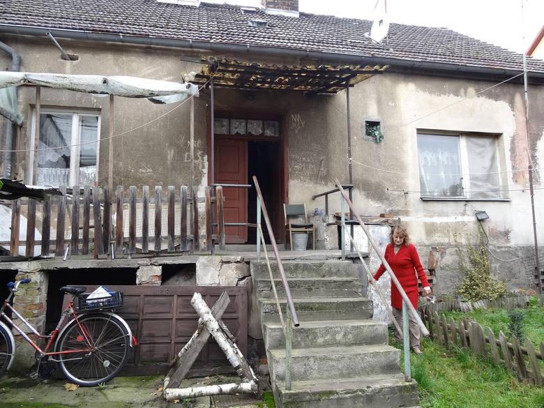 Ręce opadają, kiedy patrzę na ten nasz dom, ale ważne też, żeby odnowić bramę, bo to wizytówka posesji - uważa Dorota Włoch