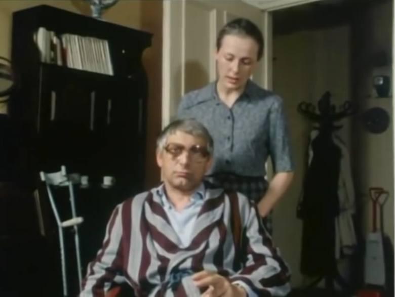 """Odcinek dwunasty """"Ścigany przez samego siebie"""". Na zdjęciu Bożena Krzyżanowska jako Maria Jagodzińska i Gustaw Kron jako Henryk Jagodziński."""