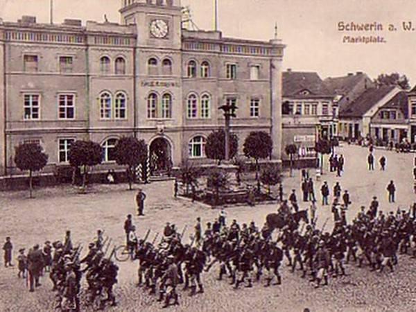 Parada żołnierzy niemieckich przed ratuszem w czasie I wojny światowej.