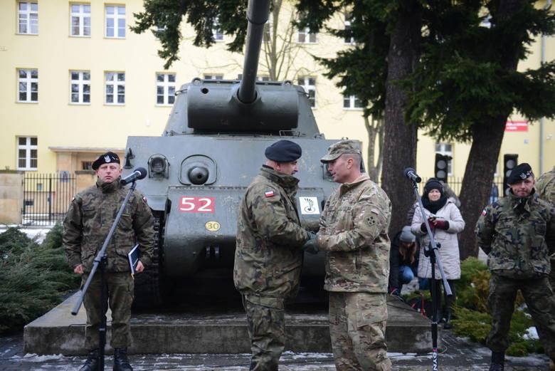 Gen. Jarosław Mika wita pułkownika Christophera Noriee z armii amerykańskiej.
