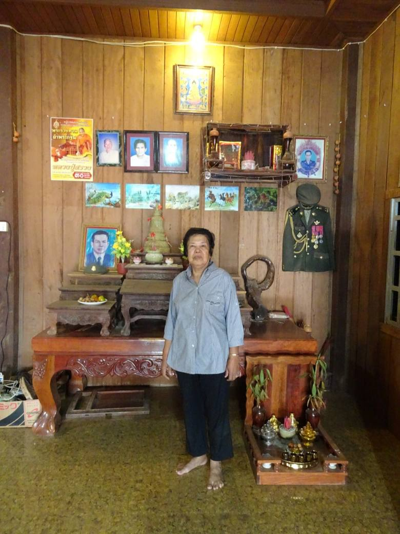 Young Moeun już jako siedemnastolatka została kucharką Pol Pota i do końca jego życia darzyła dyktatora miłością
