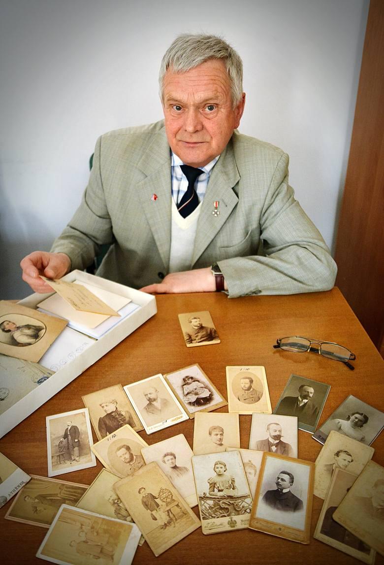 Zdzisław Kardasiewicz ze Świdnika pokazuje część kolekcji Łopacińskich.Lubelski kolekcjoner pośredniczy w przekazaniu tego zbioru do Wojewódzkiej Biblioteki