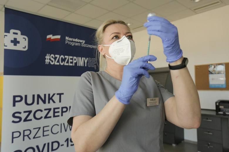 Zaświadczenie o szczepieniu przeciwko koronawirusowi jest też źródłem pewnych benefitów. W Stanach Zjednoczonych osoby zaszczepione mogą spotykać się