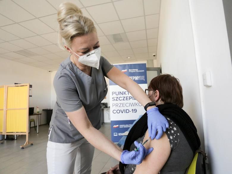 By masowe szczepienia przeciwko koronawirusowi miały sens musi zaszczepić się jak najwięcej osób. Tylko wtedy uzyskamy tzw. odporność populacyjną, która