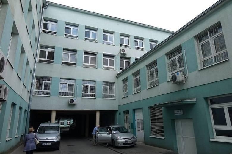 Uciekł ze szpitala zakażony koronawirusem54 – letni mężczyzna z Łodzi, który uciekł ze szpitala w Zgierzu stanie przed sądem. Prokuratura zarzuca mu