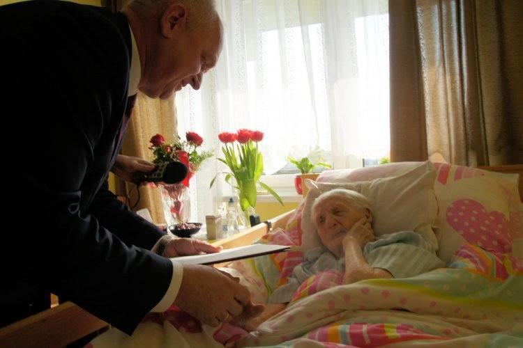Z okazji setnych urodzin Kazimiery Nadolnej mieszkankę Domu Pomocy Społecznej w Zielonej Górze odwiedził wojewoda Władysław Dajczak. Złożył jubilatce