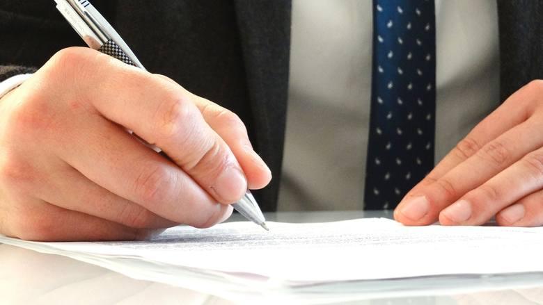 Na zdjęcuiu: zawieszenie stosunku pracy – osoba podpisująca dokument