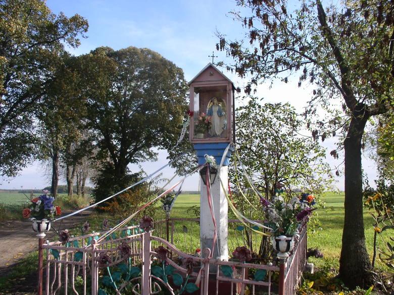 Kapliczki i krzyże, które znajdują się przy drogach, są świadectwem religijności społeczności zamieszkującej dany teren. Dziś nieco rzadziej niż kiedyś