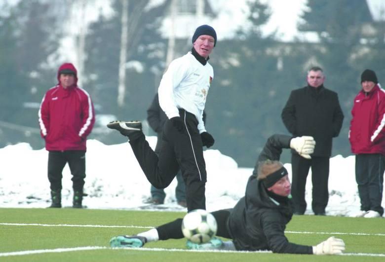 Piotr Klepczarek (w białej koszulce) ma za sobą debiut w barwach Jagiellonii w zremisowanym 2:2 sparingowym meczu z Wartą Poznań