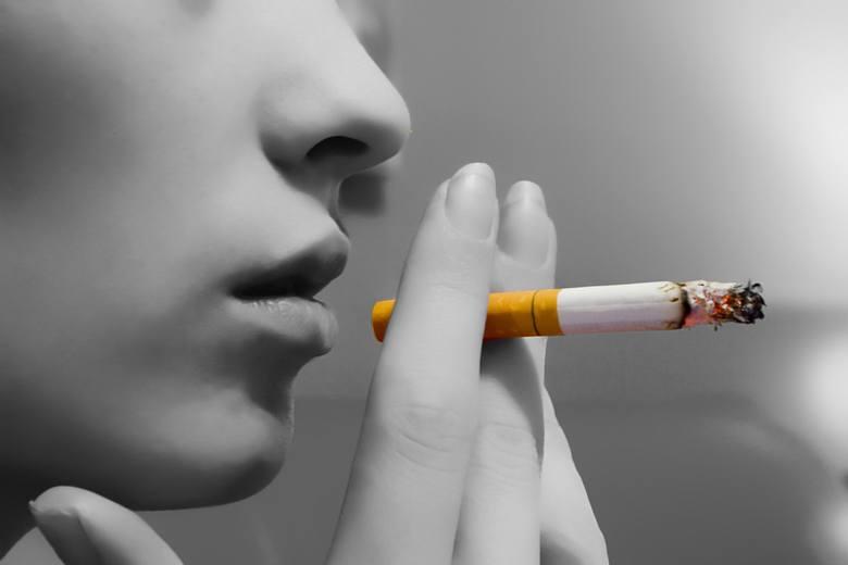 Palenie tytoniu bardzo niekorzystnie wpływa na ogólny stan jamy ustnej w tym również uzębienia. Już po kilku latach regularnego palenia papierosów zęby